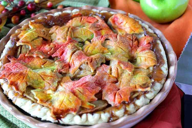 Obuolių pyragas puoštas spalvotais rudens lapais